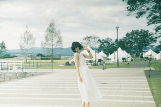 白いフリスビーを持っている人の写真・画像素材[2355488]