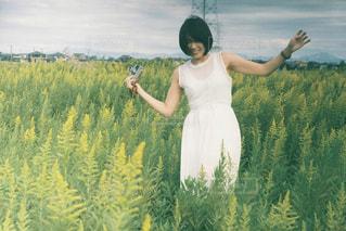 野原に立っている人の写真・画像素材[2355496]