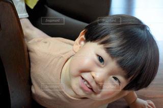 カメラに微笑む幼い子供の写真・画像素材[2375113]