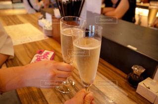 女性,屋内,手,テーブル,人物,人,乾杯,ドリンク,女子会,シャンパン,ダイニングテーブル,新年会,忘年会,アルコール,白ワイン,手元,飲料,飲む