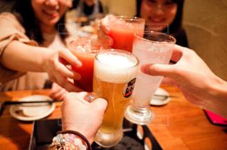 食事,屋内,ジュース,テーブル,メニュー,人物,人,グラス,ビール,カップ,カクテル,乾杯,ドリンク,女子会,新年会,忘年会,アルコール,飲料,エール,ソフトド リンク