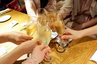 屋内,テーブル,人物,人,ワイン,グラス,乾杯,飲み会,ドリンク,女子会,シャンパン,ダイニングテーブル,アルコール,白ワイン,手元,飲料,飲む,二次会