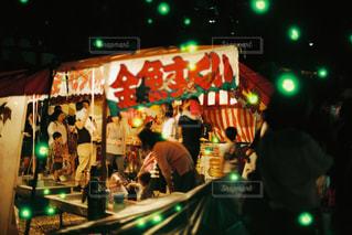 緑色のライトが点灯したステージ上の人々のグループの写真・画像素材[2500433]