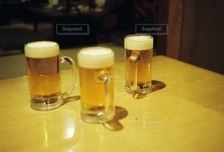 屋内,ガラス,テーブル,ボトル,グラス,ビール,乾杯,ドリンク,女子会,居酒屋,新年会,忘年会,アルコール,手元,飲料,エール,ビール カクテル