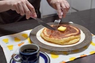ナイフとフォークでケーキを切る女性の写真・画像素材[2508293]