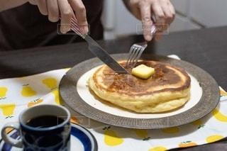 皿の上でケーキを切る人の写真・画像素材[2508320]