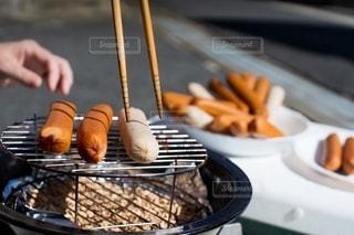 パーティ,手,人物,人,金属,調理,美味しい,ソーセージ,BBQ,チップ,燻製,ホームパーティー,手元,アンバサダー,燻す,ジョンソンヴィル,燻製鍋