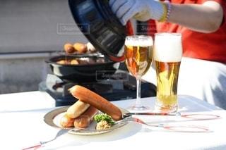 食べ物,食事,手,ガラス,テーブル,野菜,皿,人物,人,食器,ワイン,ボトル,ビール,カップ,カクテル,調理,ドリンク,ソーセージ,パーティー,アルコール,燻製,ホームパーティー,レシピ,パセリ,手元,飲料,アンバサダー,ソフトド リンク,ジョンソンヴィル,燻製鍋