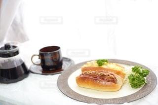 食べ物,風景,食事,朝食,パン,皿,食器,サンドイッチ,レストラン,料理,おいしい,たまごサンド,ドリンク,ソーセージ,ホットドッグ,ホットドック,アンバサダー,配置,コーヒー カップ,ジョンソンヴィル