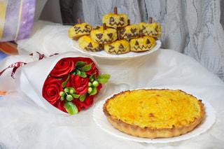 テーブルの上の食べ物の皿の写真・画像素材[2805310]