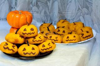 テーブルの上のバナナとオレンジの写真・画像素材[2805326]