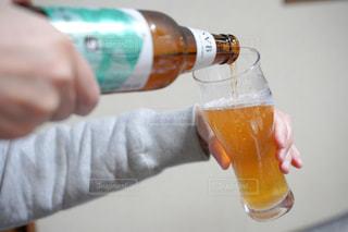 ボトルとオレンジジュースを持つ手の写真・画像素材[2819392]