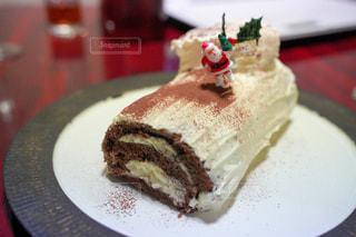 皿の上のケーキとアイスクリームの写真・画像素材[2885084]