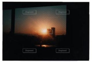 暗い部屋の薄型テレビの写真・画像素材[2885086]