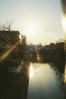 水域に橋を渡る列車の写真・画像素材[2885090]