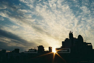 空,建物,屋外,太陽,雲,青空,夕暮れ,影,シルエット,光,タワー,都会,明るい,くもり,クラウド