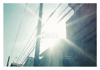 空,建物,ビル,太陽,霧,街,光,電柱,高層ビル,電信柱,テキスト,クラウド