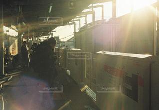 男性,5人以上,空,屋内,太陽,駅,光,鉄道,ホーム,スナップ