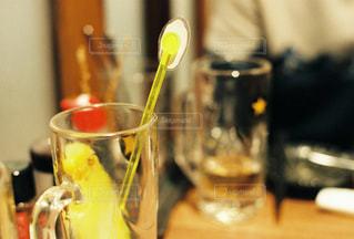 テーブルの上にガラスコップの写真・画像素材[3057237]