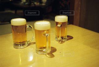 飲み物,屋内,ガラス,テーブル,人物,イベント,ボトル,グラス,ビール,カップ,カクテル,乾杯,飲み会,ドリンク,女子会,パーティー,ジョッキ,アルコール,手元,飲料,飲む,エール,ビール カクテル