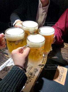 女性,飲み物,食事,手,テーブル,人物,人,イベント,グラス,ビール,カップ,乾杯,飲み会,ドリンク,女子会,パーティー,ジョッキ,新年会,忘年会,手元,飲む,4人,エール