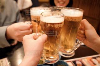 女性,男性,友だち,3人,飲み物,屋内,テーブル,人物,人,イベント,グラス,ビール,カップ,カクテル,乾杯,ドリンク,女子会,パーティー,ジョッキ,忘年会,アルコール,手元,飲料,4人,エール