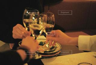 女性,友だち,3人,食べ物,飲み物,食事,屋内,女の子,ガラス,テーブル,人物,人,イベント,食器,ワイン,ボトル,グラス,ビール,カクテル,乾杯,ドリンク,女子会,シャンパン,パーティー,新年会,忘年会,手元,ワイングラス,飲む