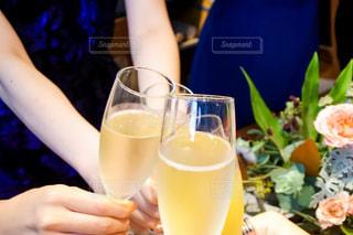 女性,友だち,3人,飲み物,花,手,バラ,結婚式,女の子,テーブル,人物,人,イベント,グラス,カップ,カクテル,乾杯,ドリンク,シャンパン,パーティー,手元,飲料
