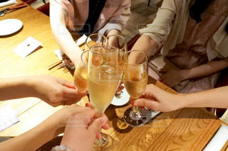 女性,友だち,5人以上,食べ物,飲み物,屋内,ジュース,結婚式,女の子,テーブル,人物,人,座る,イベント,グラス,ビール,カクテル,乾杯,ドリンク,女子会,シャンパン,パーティー,ダイニングテーブル,新年会,忘年会,手元,ワイングラス,飲む,二次会,ソフトド リンク