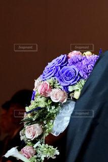 紫色の花で満たされた花瓶の写真・画像素材[3087099]