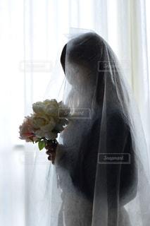 花で満たされた白い花瓶の人の写真・画像素材[3087105]