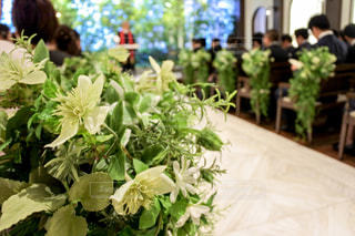 テーブルの上に花の花瓶の写真・画像素材[3087127]