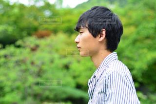 草の中に立っている男の写真・画像素材[3147804]