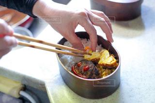 食べ物を切る人の写真・画像素材[3148116]