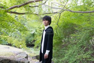森の前に立っている男の写真・画像素材[3148670]