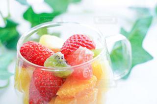 テーブルの上に果物のボウルの写真・画像素材[3152252]