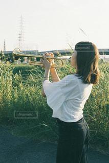 草の中に立っている人の写真・画像素材[3203149]