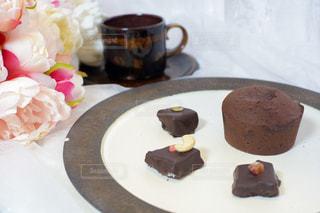 チョコレートケーキをトッピングした白い皿の写真・画像素材[3203196]