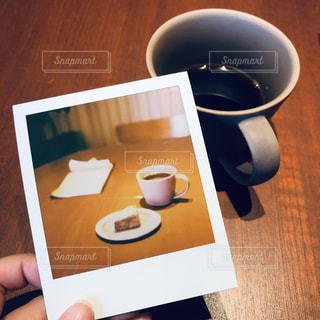 テーブルの上にコーヒーを一杯入れるの写真・画像素材[3331376]