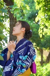 携帯電話で話している女性の写真・画像素材[3535724]