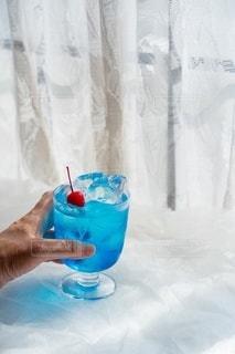 コップ一杯の水を持っている手の写真・画像素材[3574465]