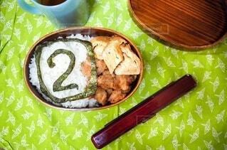 食べ物の皿をテーブルの上に置くの写真・画像素材[3644328]