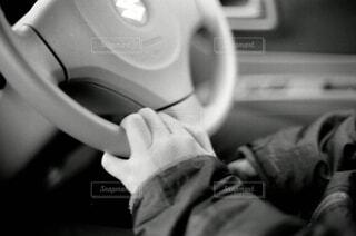 男性,屋内,モノクロ,車,手,男,男子,手持ち,人物,人,ハンドル,ポートレート,男の子,ドライブ,運転,ライフスタイル,手元,車両,黒と白