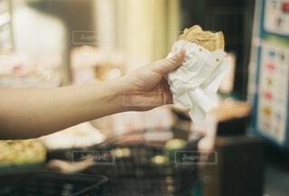 台所でホットドッグを抱く手の写真・画像素材[3662952]