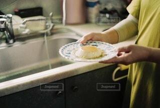 女性,食べ物,スイーツ,食事,キッチン,屋内,手,女,女子,女の子,家,手持ち,デザート,おやつ,皿,人物,人,ハンドメイド,甘い,卵,台所,料理,甘味,ポートレート,プリン,手作り,ライフスタイル,手元,準備,シンク,給仕