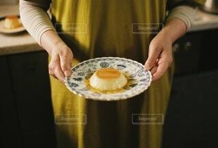 女性,食べ物,スイーツ,食事,朝食,キッチン,屋内,手,女,女子,女の子,家,手持ち,デザート,おやつ,皿,人物,人,カップ,ハンドメイド,甘い,卵,台所,料理,甘味,おいしい,ポートレート,プリン,手作り,ライフスタイル,レシピ,手元,準備,シンク,給仕