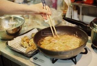女性,食べ物,家庭料理,食事,ディナー,キッチン,屋内,手,女,女子,女の子,手持ち,人物,人,揚げ物,台所,料理,晩御飯,晩ごはん,おいしい,ポートレート,調理,唐揚げ,からあげ,晩ご飯,ライフスタイル,レシピ,手元,フライパン,夕ご飯,夕ごはん,菜箸