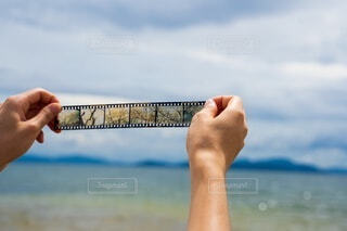 男性,風景,海,空,桜,屋外,湖,ビーチ,後ろ姿,砂浜,手,水面,海岸,山,男,男子,手持ち,人物,背中,人,ポートレート,フィルム,ハイキング,男の子,ライフスタイル,手元,ポジフィルム