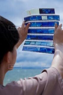 男性,風景,海,空,屋外,湖,ビーチ,青空,青,後ろ姿,砂浜,手,水面,海岸,山,影,男,男子,シルエット,手持ち,人物,背中,人,ポートレート,フィルム,ハイキング,男の子,ライフスタイル,手元,見る,眺める,ポジフィルム