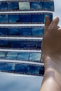 男性,風景,空,屋外,ビーチ,青空,青,後ろ姿,手,山,影,男,男子,シルエット,手持ち,人物,人,ポートレート,フィルム,男の子,ライフスタイル,手元,ポジフィルム